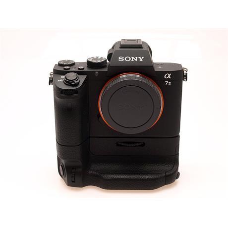 Sony Alpha 7 II Body + VG-C2EM Grip thumbnail